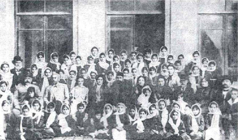 Тагиев (в центре) и ученицы Бакинской женской гимназии